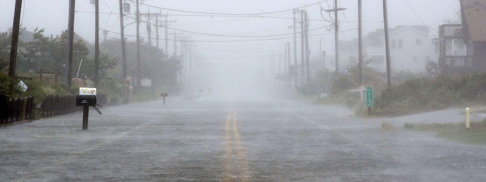 Wasser auf dem Highway 12 in Nags Head an der Küste von North Carolina.