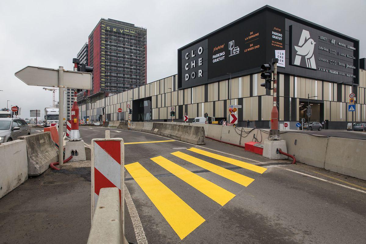 Seit  Mittwoch gelangen die Fussgänger über einen Zebrastreifen zu dem gesicherten Weg, der zum Park&Ride-Parkplatz führt.