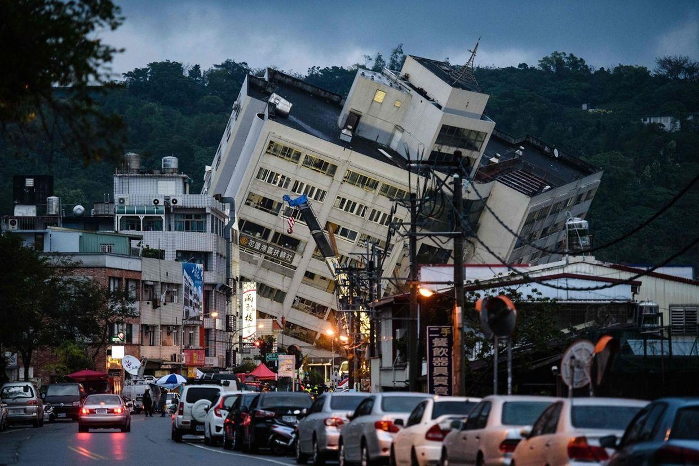 Spektakuläre Bilder aus Taiwan: Das Erdbeben hat mehreren Menschen das Leben gekostet. Wegen Pfusches am Bau drohen verschiedene Gebäude einzustürzen. Die Bauten werden mit Trägern gestützt, während Retter im Innern nach Überlebenden suchen.