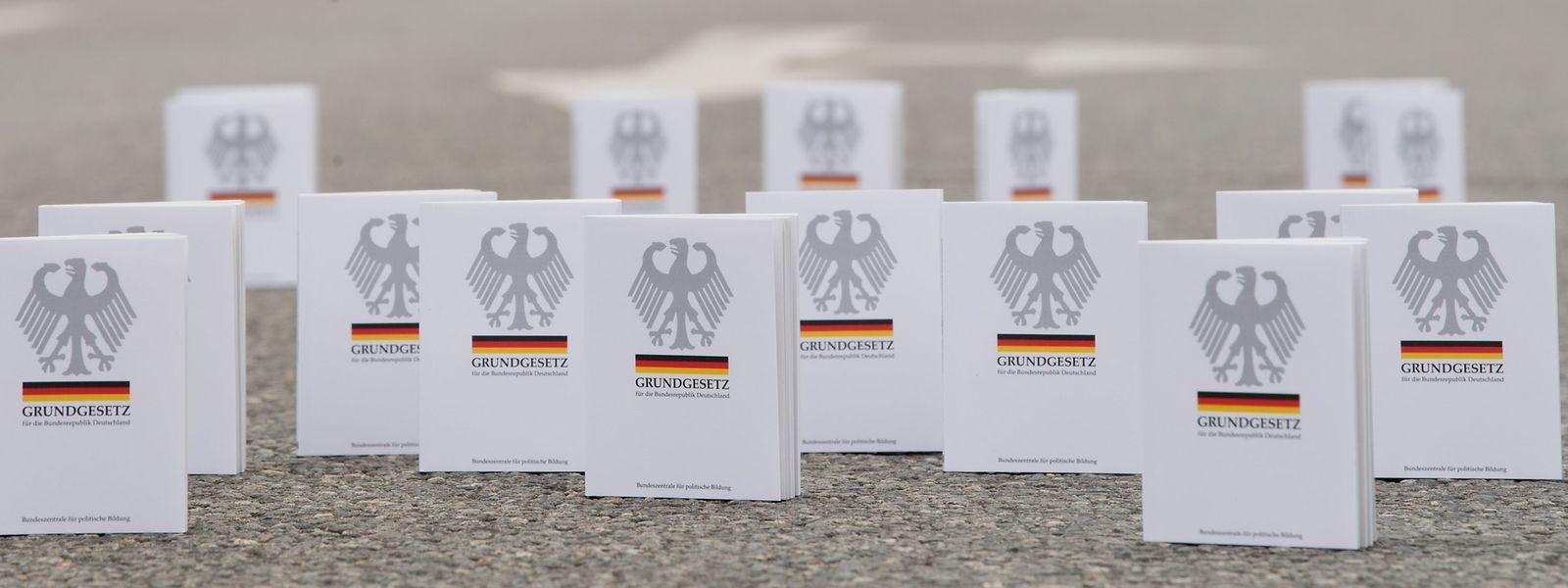 Mit dem Grundgesetz versuchen die Chemnitzer Bürger den Rechten Grenzen aufzuzeigen.