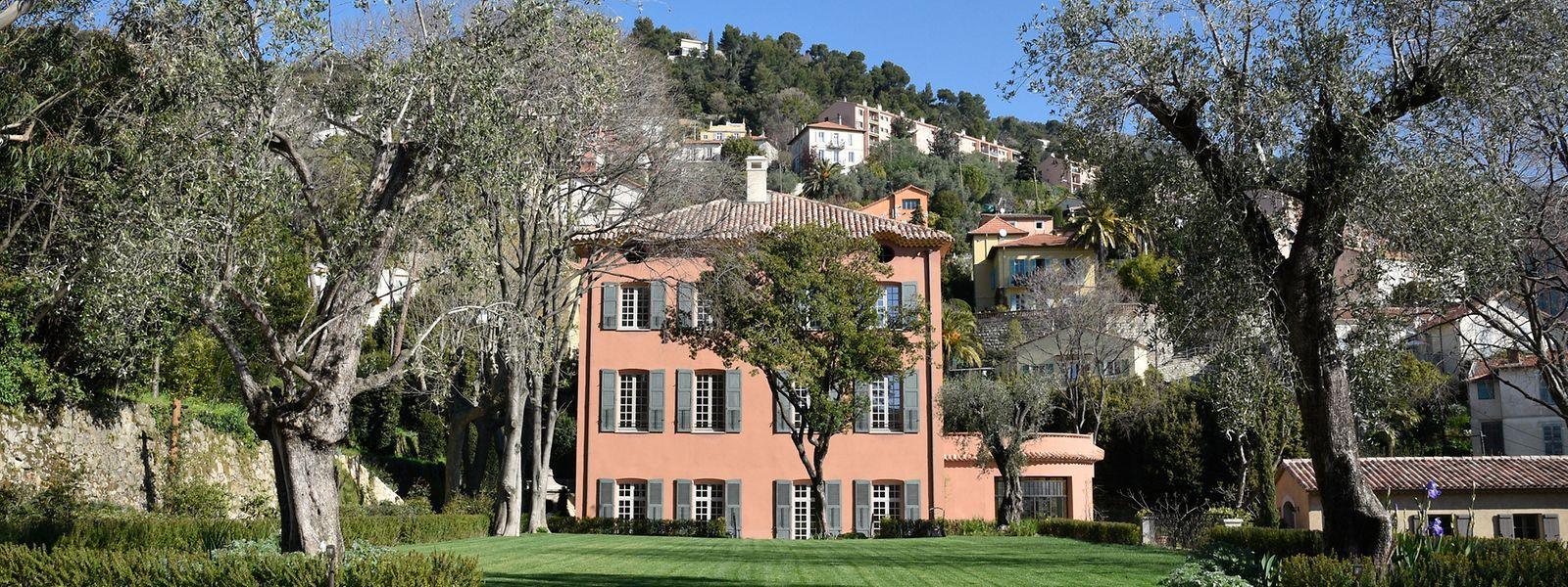 In der Mittagssonne erstrahlt die klassische Fassade der Bastide in einer warmen Terrakottanuance.