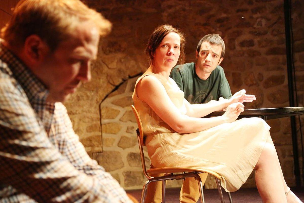 """""""Orphelins"""": Le texte est porteur pour les comédiens, Jules Werner, Myriam Muller et Mathieu Moro, mais il est d'une incroyable exigence."""