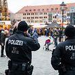 12.12.2018, Bayern, Nürnberg: Polizisten stehen am Nürnberger Christkindlesmarkt an einem Zufahrtsbereich. Foto: Daniel Karmann/dpa +++ dpa-Bildfunk +++