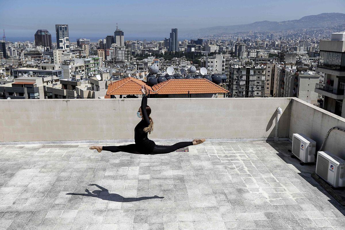 Die 28-jährige Tänzerin Sherazade Mami macht kurzerhand das Dach ihres Wohnhauses in der libanesischen Hauptstadt zur Bühne.