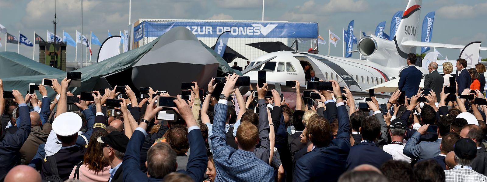 Ein 1:1-Modell des neuen FCAS-Kampfjets wurde unter dem Applaus der Ehrengäste enthüllt.