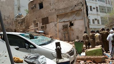 Saudische Antiterroreinheiten stellten einen Terroristen in einem Gebäude in Mekka. Als der Mann sich selbst in die Luft sprengte, stürzte das Gebäude ein.