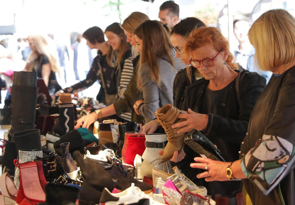 Entre boutiques et étals de marché, on trouve de tout à la braderie, ou presque: textile, maroquinerie, montres, bibelots, posters et affiches...