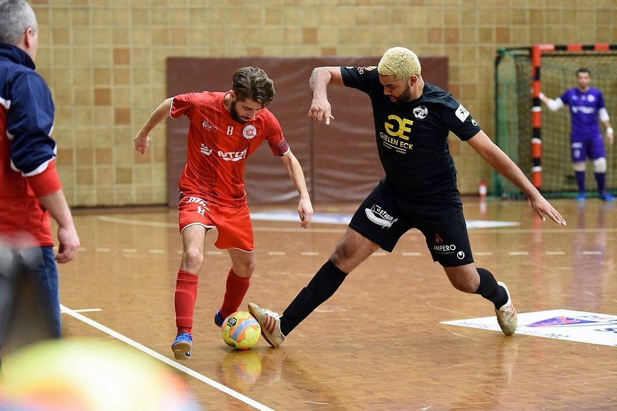 Anthony Javier (Samba 7 ALSS Futsal Niederkorn II) tente d'empêcher Raul Ferreira (FC Wiltz) de déborder.