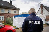 ARCHIV - 11.11.2019, Nordrhein-Westfalen, Alsdorf: Ein Haus wird von der Polizei mit Unterstützung des THW durchsucht. Hier wurde im Zusammenhang mit dem Missbrauchskomplex Bergisch Gladbach ein Verdächtiger festgenommenen und seine Wohnung durchsucht. Im Fall Bergisch Gladbach sind die Ermittler auf Spuren von mehr als 30 000 Verdächtigen gestoßen. Das hat NRW-Justizminister Biesenbach (CDU) am Montag in Düsseldorf mitgeteilt. In Foren und Messengerdiensten gingen die Pädo-Kriminellen ganz unverhohlen mit ihren Missbrauchstaten um, heizten sich an und gäben sich Tipps. Foto: Dagmar Meyer-Roeger/dmp press/dpa +++ dpa-Bildfunk +++