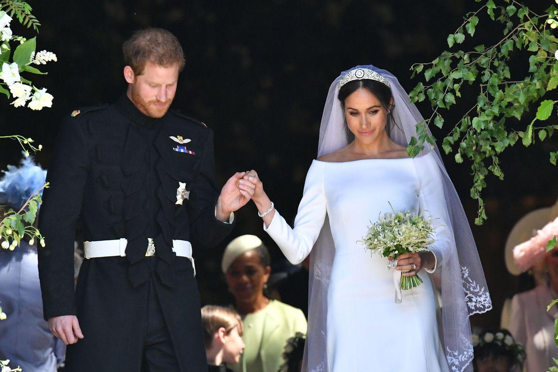 Von der Trauung zur Kutschfahrt: Prinz Harry führte seine Meghan die Stufen der Kirche hinunter.