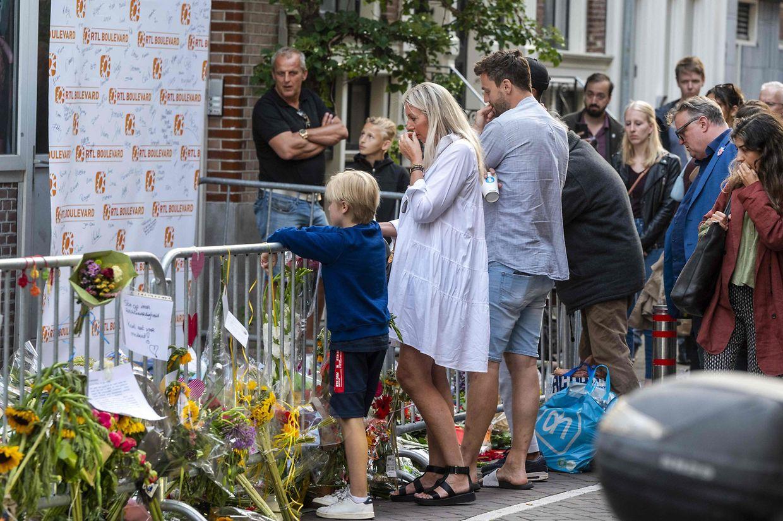 Menschen legen in Amsterdam Blumen für den angeschossenen Reporter nieder.