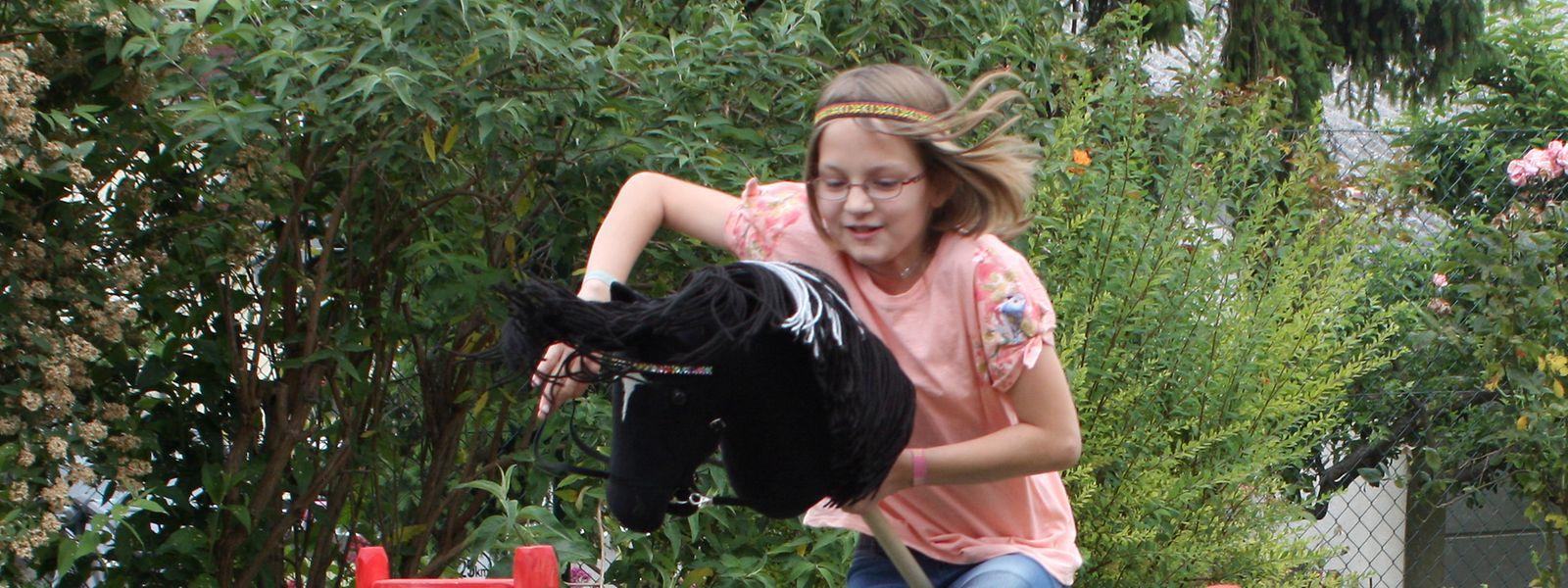 Die zehnjährige Melina Gardt beim Reittraining mit dem Steckenpferd.