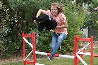 09.06.2020, Rheinland-Pfalz, Udenheim: Die zehnjährige Melina Gardt beim Reittraining mit dem Steckenpferd.  Die neue Trendsportart Hobby Horsing aus Finnland findet auch in Deutschland immer mehr begeisterte Anhänger.  (zu dpa «Im Galopp durch den Garten - mit dem Steckenpferd») Foto: Tina Gardt/dpa +++ dpa-Bildfunk +++