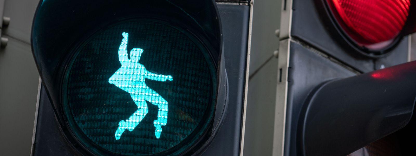 So tanzt nur einer: In Friedberg, in Hessen, regt Elvis Presley die Fußgänger zum Überqueren der Straße an. In der Stadt absolvierte der US-Musiker seinen Militärdienst.