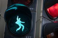 """dpatopbilder - 05.12.2018, Hessen, Friedberg: Ein Ampel-Männchen in Form eines tanzenden Elvis Presely leuchtet bei Grün an einer Fußgänger-Ampel am Elvis-Presley-Platz auf. Der """"King of Rock'n'Roll"""" versah als Soldat der US-Streitkräfte von Oktober 1958 bis März 1960 seinen Dienst in Friedberg. Foto: Frank Rumpenhorst/dpa +++ dpa-Bildfunk +++"""