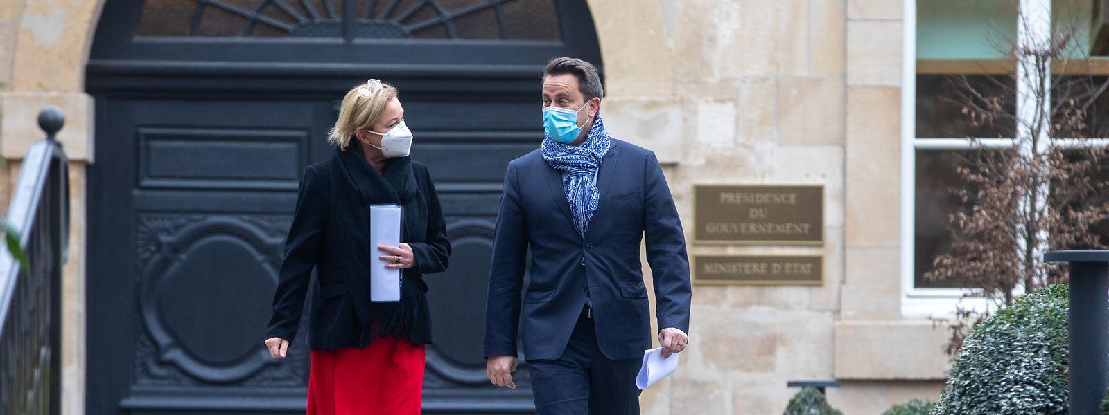Premier Bettel und Gesundheitsministerin Lenert auf dem Weg zur Pressekonferenz.