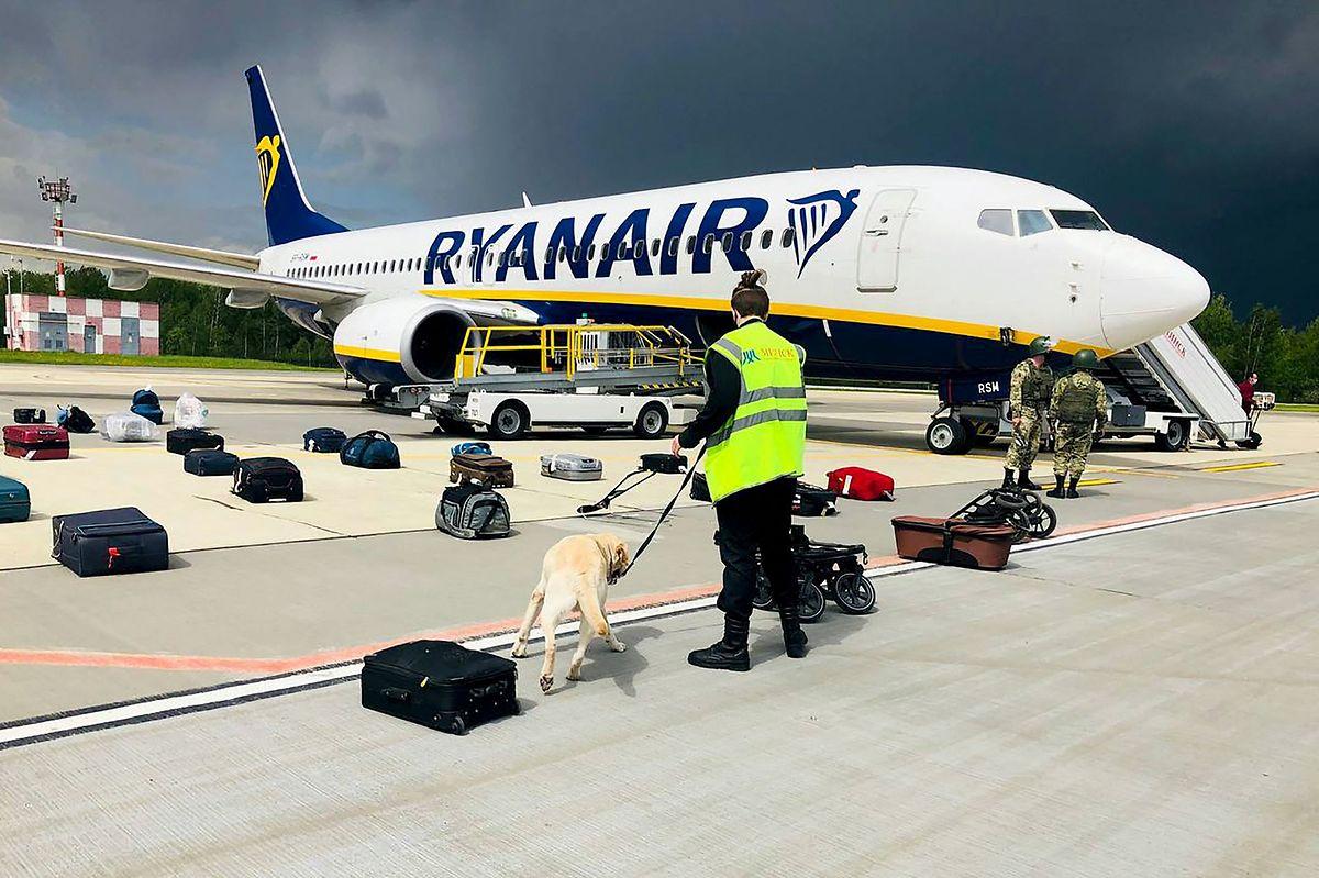 Die Besatzung des Flugzeuges war von belarussischer Seite über eine mögliche Sicherheitsbedrohung an Bord informiert und angewiesen worden, zum Flughafen in Minsk zu fliegen.