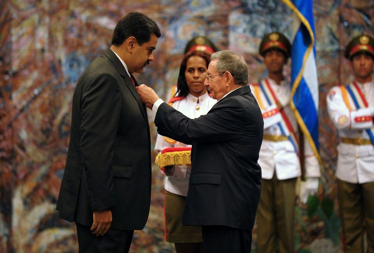 Arrivé à La Havane dans la matinée, le successeur de Hugo Chavez a en outre été décoré de l'Ordre José Marti, la plus haute distinction de l'île castriste.