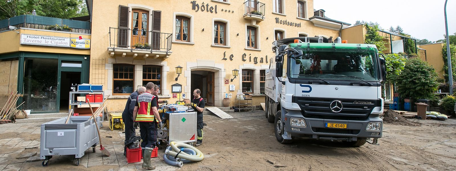 Wieder war der Bach angeschwollen und wieder stand das gesamte Erdgeschoss des Hotel Cigalon unter Wasser. Die Einsatzkräfte pumpten den Keller leer und bauten Vorkehrungen für eine erneute Überflutung.