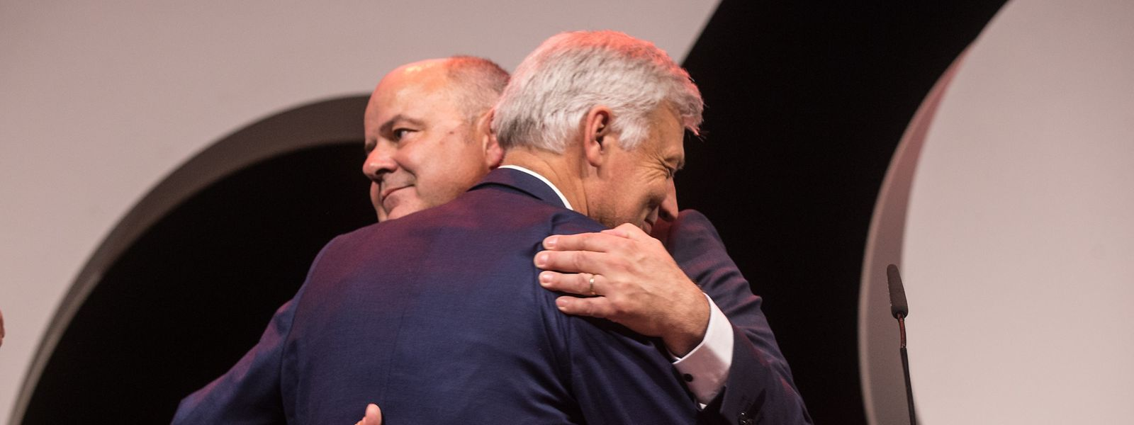 Claude Wiseler, tête de liste du CSV (de dos), et Marc Spautz, président du parti, au sortir de la tribune.