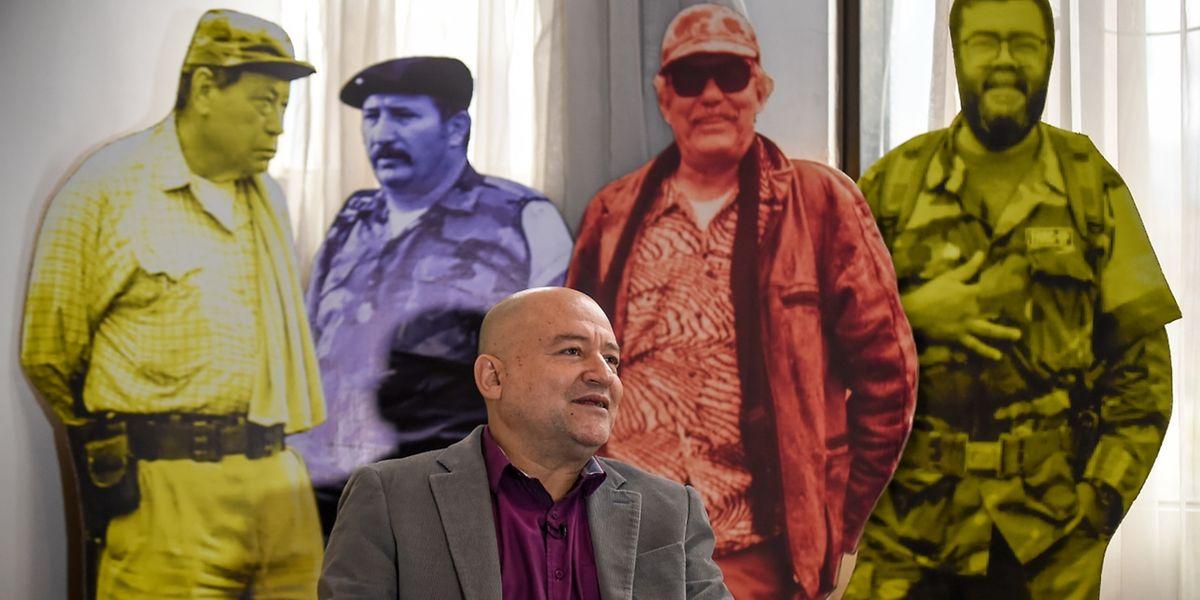 FARC-Kommandant Carlos Lozada während eines Interviews posiert vor den damaligen Revolutionären.