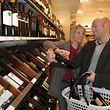 Die Qual der Wahl vorm Weinregal: Ein Blick auf das Etikett der Weinflasche kann bei der Entscheidung helfen.