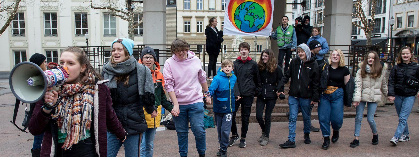 """Youth for Climate entendait rappeler aux passants le drame que vit le """"sixième continent"""" actuellement."""
