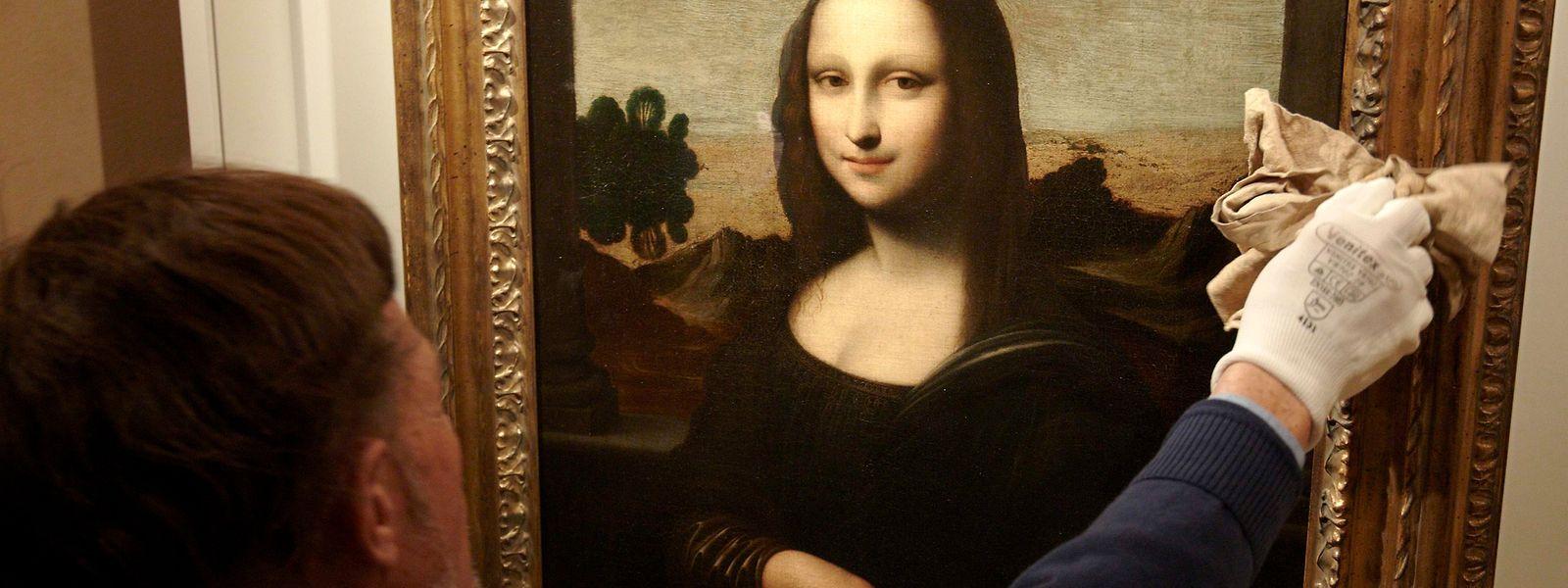 A défaut de pouvoir l'approcher, les visiteurs repartent avec une foule de gadgets à l'image de la belle Mona Lisa.