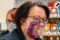ARCHIV - 01.04.2020, Dresden: Mitarbeiterinnen in einem Supermarkt tragen beim bestücken der Regale mit Ware vor Beginn der Ladenöffnung Schutzmasken. (zu dpa «Corona-Krise: Maskenpflicht bei Ladenöffnungen in Hanau») Foto: Robert Michael/dpa-Zentralbild/dpa +++ dpa-Bildfunk +++