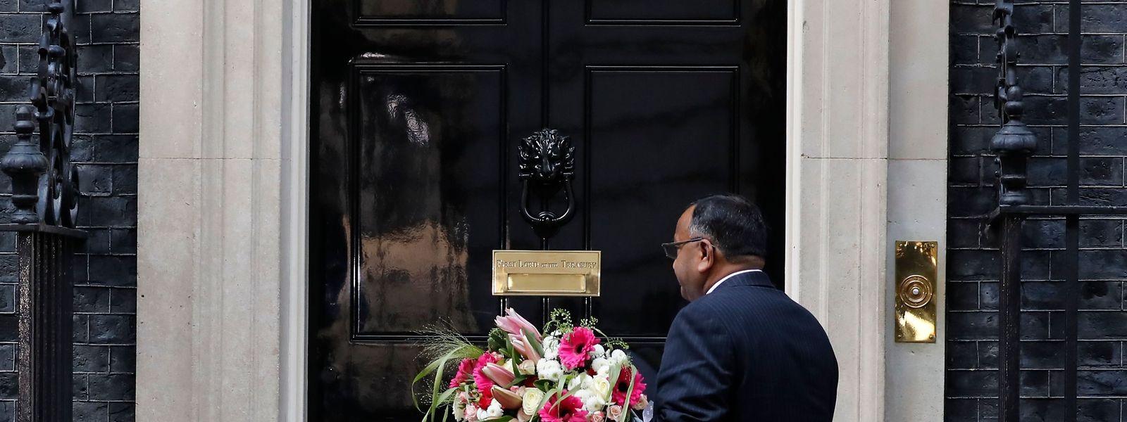 Ein Diplomat aus Pakistan bringt Blumen zur 10 Downing Street, um Boris Johnson eine gute Besserung zu wünschen.