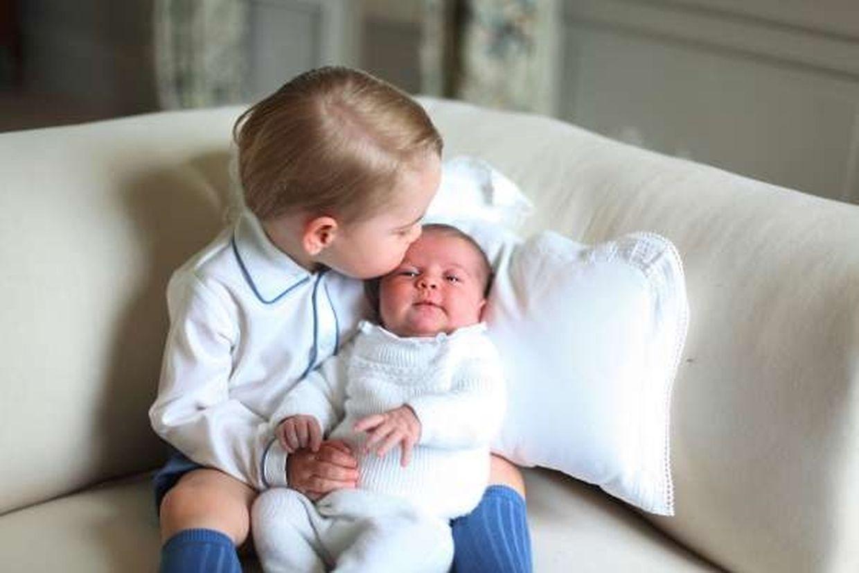 Prinz George gibt seiner Schwester einen liebevollen Kuss auf die Stirn.
