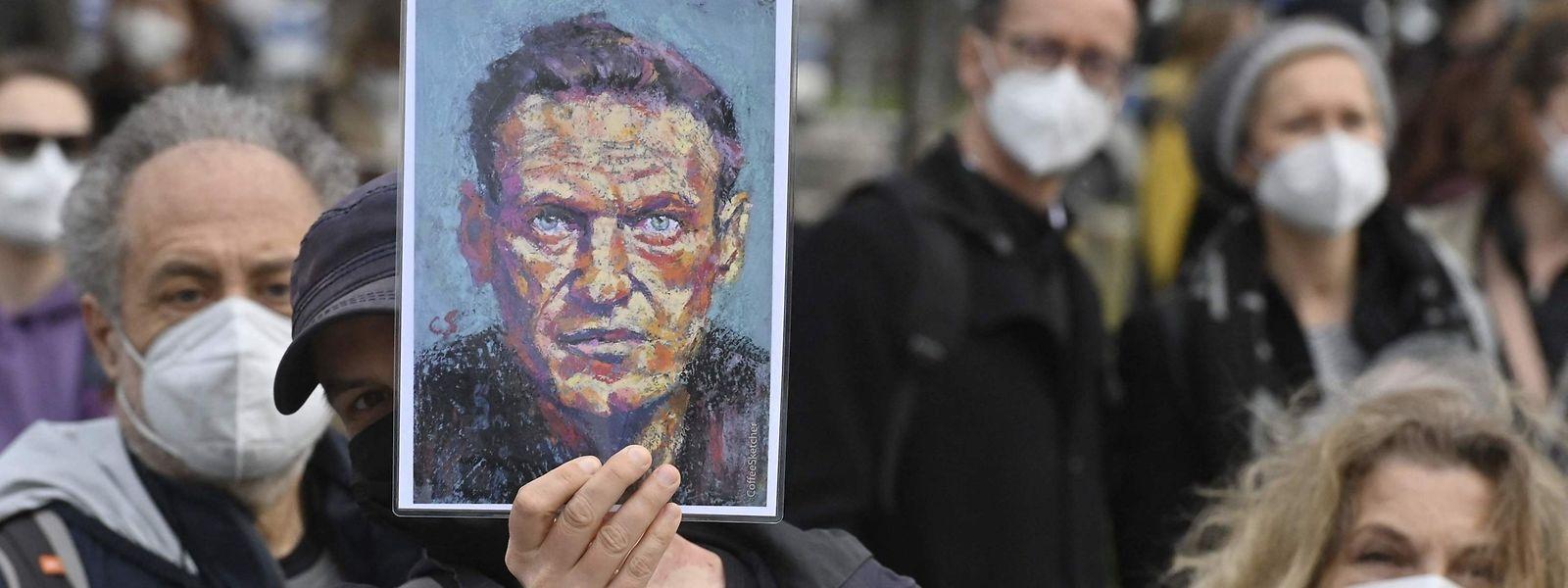 Auch vor der russischen Botschaft in Berlin versammelten sich Demonstranten, hier mit einem Bild Nawalnys.