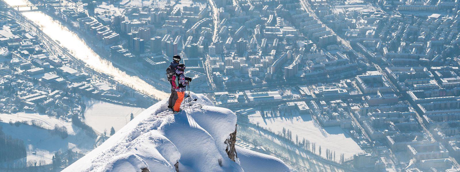 Die perfekte Kombination: oben die Skifahrer auf der Nordkette, unten die pulsierende Stadt Innsbruck.