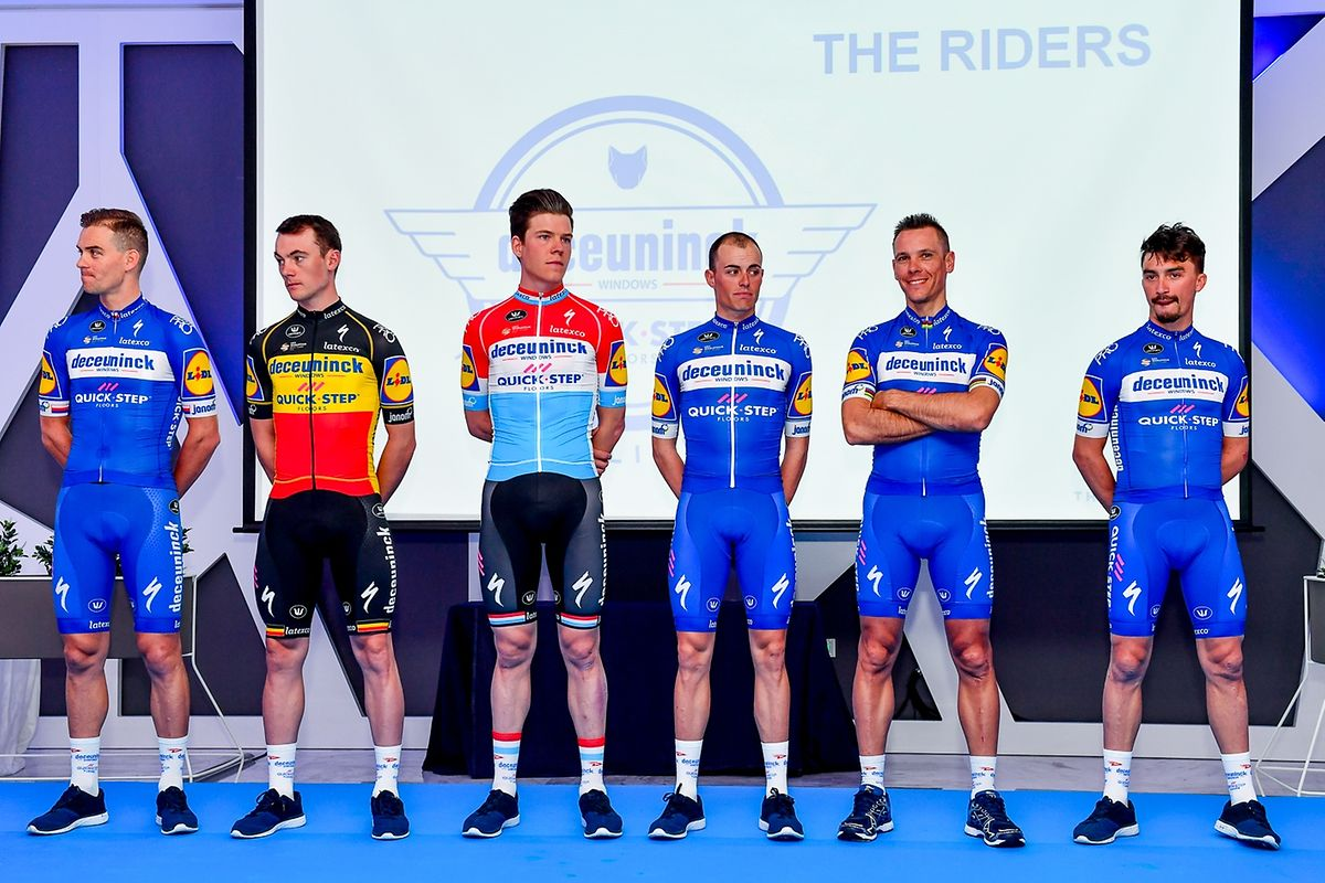 Zdenek Stybar (CZE), Yves Lampaert (B), Bob Jungels, Enric Mas (E), Philippe Gilbert (B) und Julian Alaphilippe (F) bei der offiziellen Teamvorstellung.