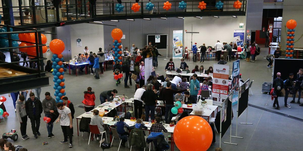 """Das """"Makerfest"""" wird zwei Mal jährlich von dem """"Service National de la Jeunesse"""" (SNJ) und dem """"Service de Coordination de la Recherche et de l'Innovation pédagogiques et technologiques"""" (Script) organisiert."""