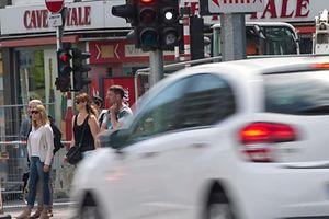26.5.Auto fAehrt durch Rotlicht / Rot/ Ampel Foto:Guy Jallay