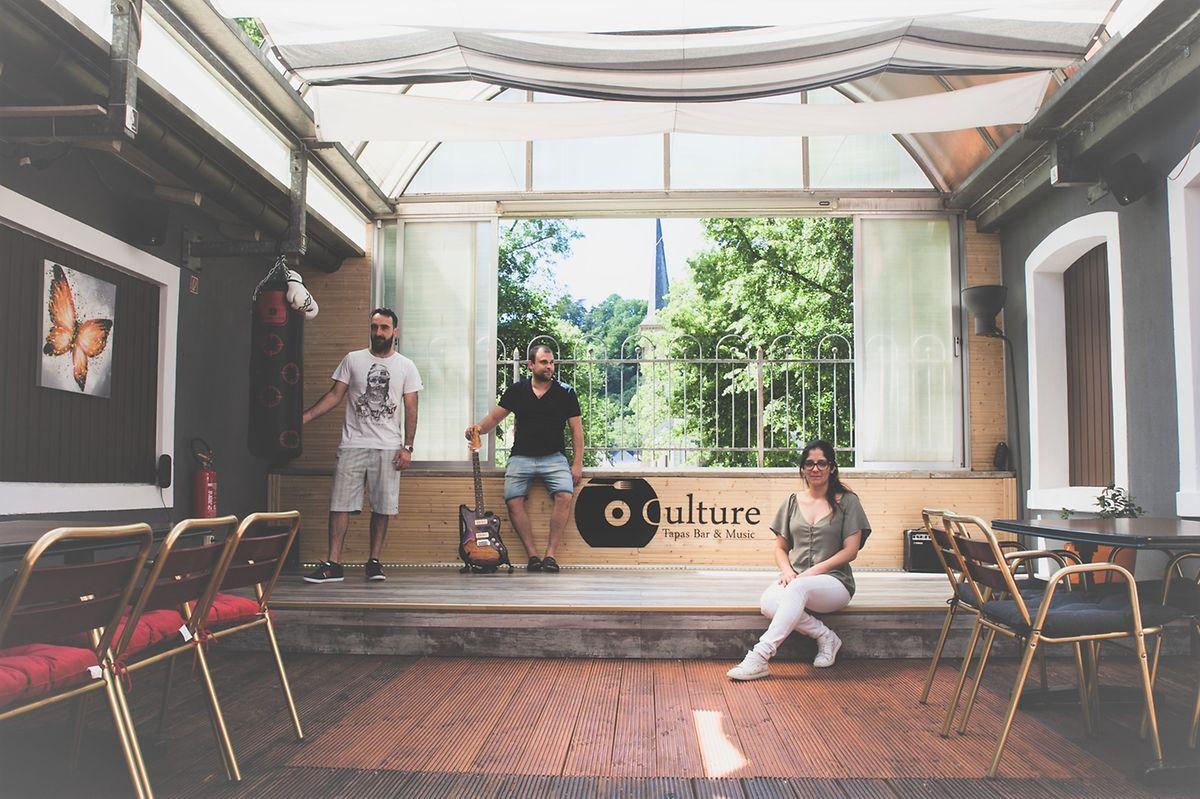 Tiago, Vítor e Madalena abriram o Culture Bar três meses antes de o terem de fechar por causa da pandemia.