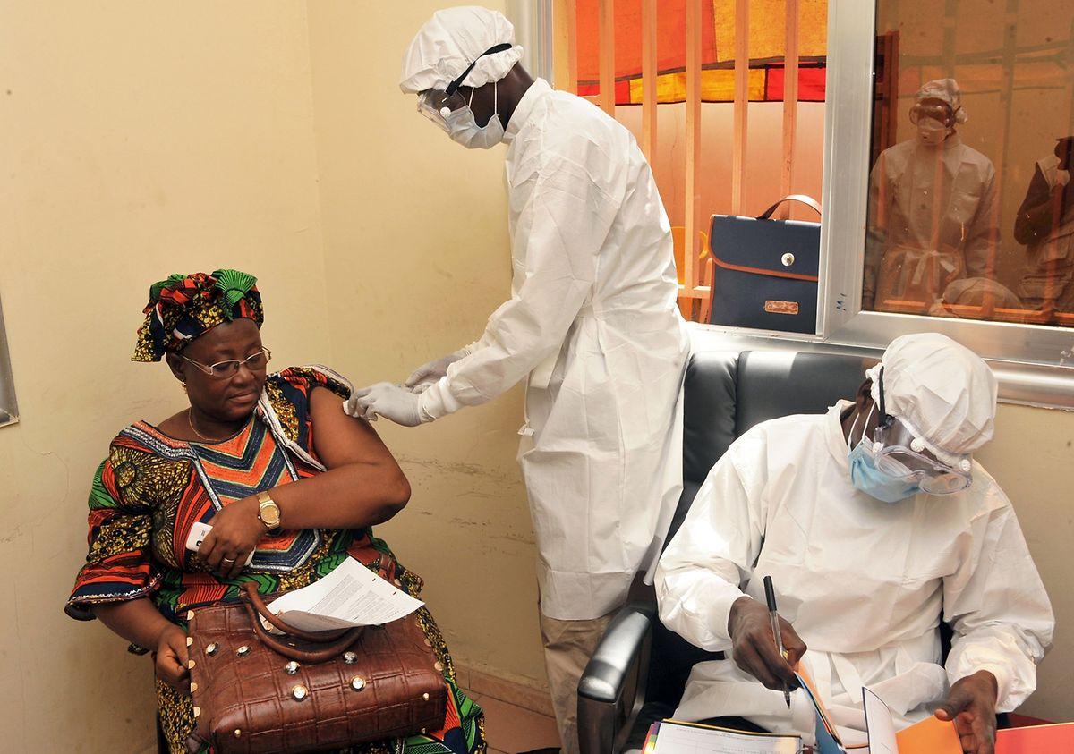 Forscher haben erfolgreich einen neuen Impfstoff gegen Ebola getestet, der sich als hochwirksam heraus gestellt hat und schon etliche Leben retten konnte. Auch gegen Masern gibt es effektive Impfstoffe.
