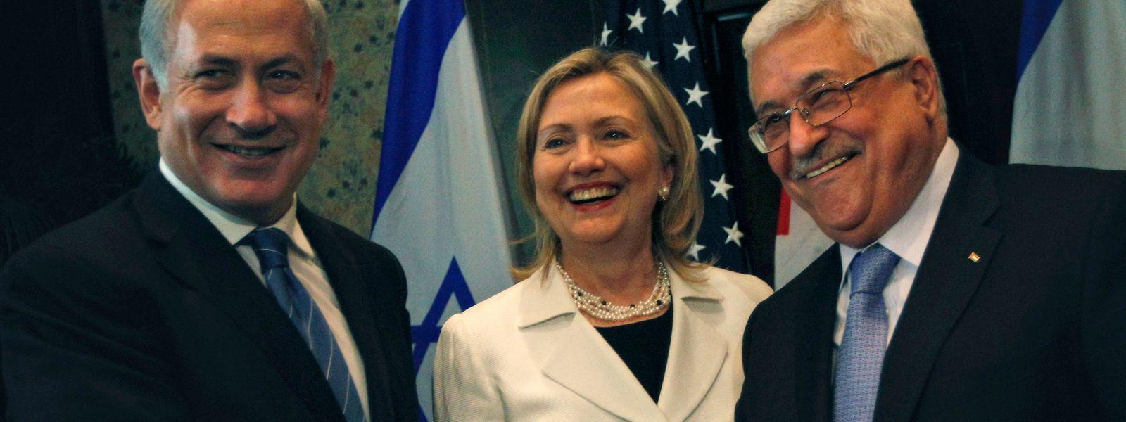 Die beiden Schlüsselspieler bei den Bemühungen um einen dauerhaften Frieden, Israels Premier Benjamin Netanjahu (l.) und Palästinenserpräsident Mahmoud Abbas (r.) bei einem Treffen mit der damaligen US-Aussenministerin Hillary Clinton 2010. Sowohl Netanjahu als auch Abbas fehlt derzeit der notwendige politische Rückhalt, um eine umfassende Lösung im Nahost-Konflikt zu vereinbaren.