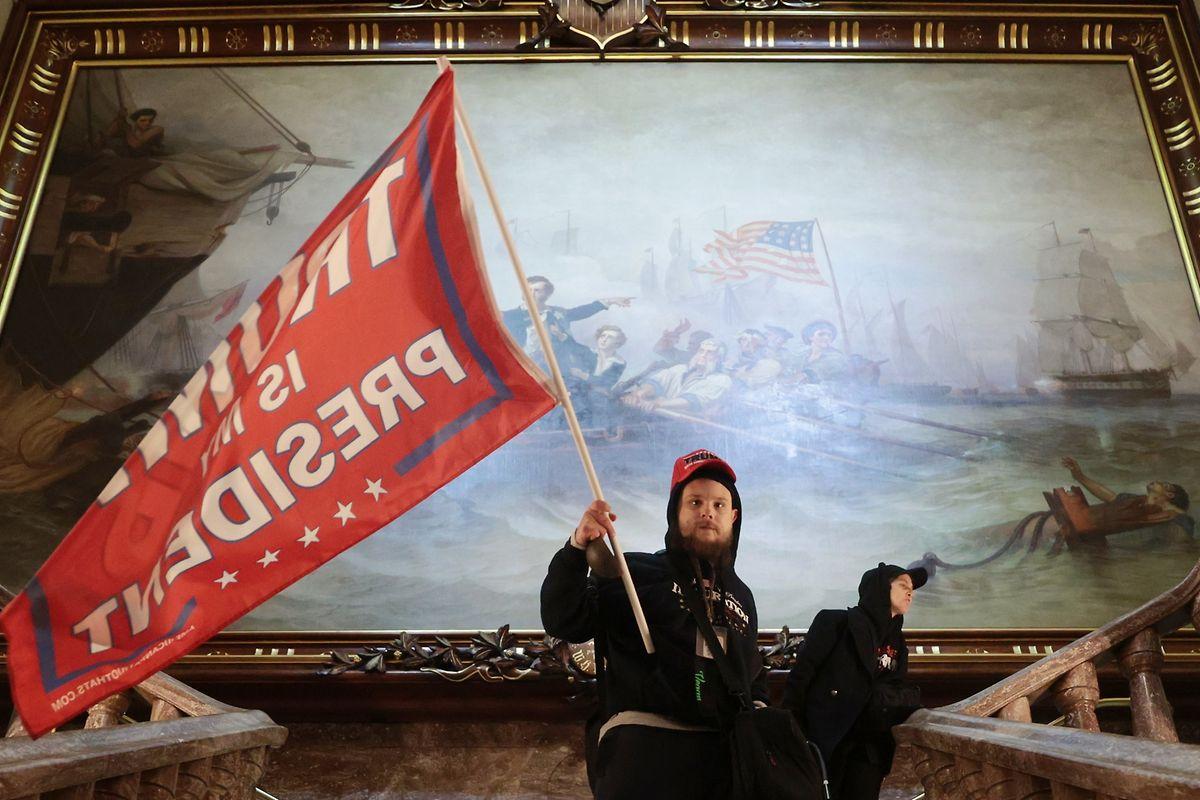 Eine Trump-Flagge weht auf den Treppen des Kapitols.
