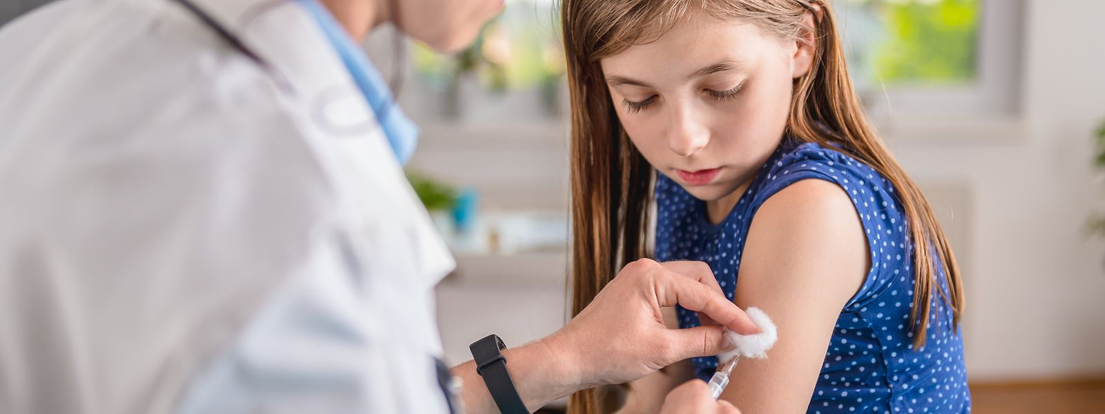 Gegen eine Maserninfektion schützt eine Impfung.