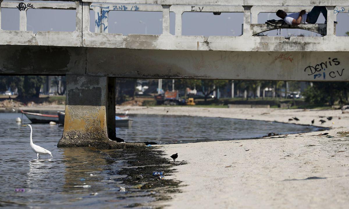 """""""So dunkel wie Coca-Cola"""": Das Wasser am Strand von Sao Bento an der Bucht von Guanabara."""