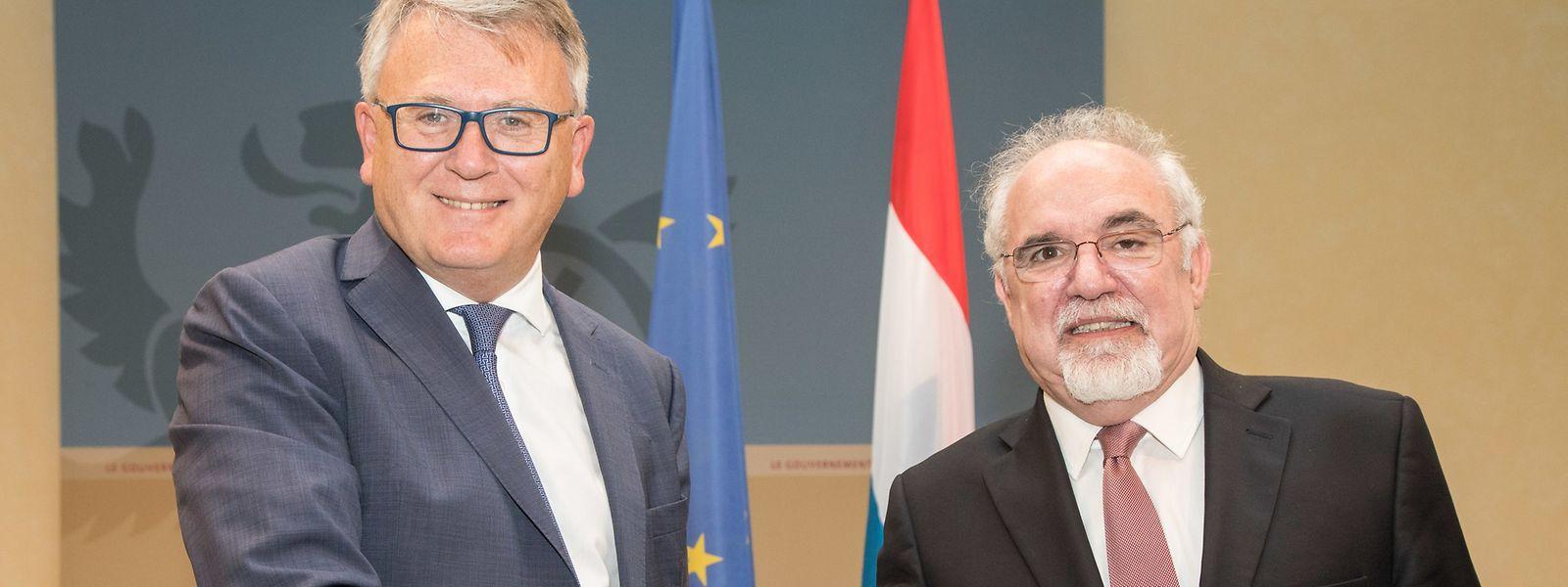 O acordo foi hoje assinado pelos ministros do Trabalho de Portugal e do Luxemburgo, Nicolas Schmit e Vieira da Silva (à dta)..