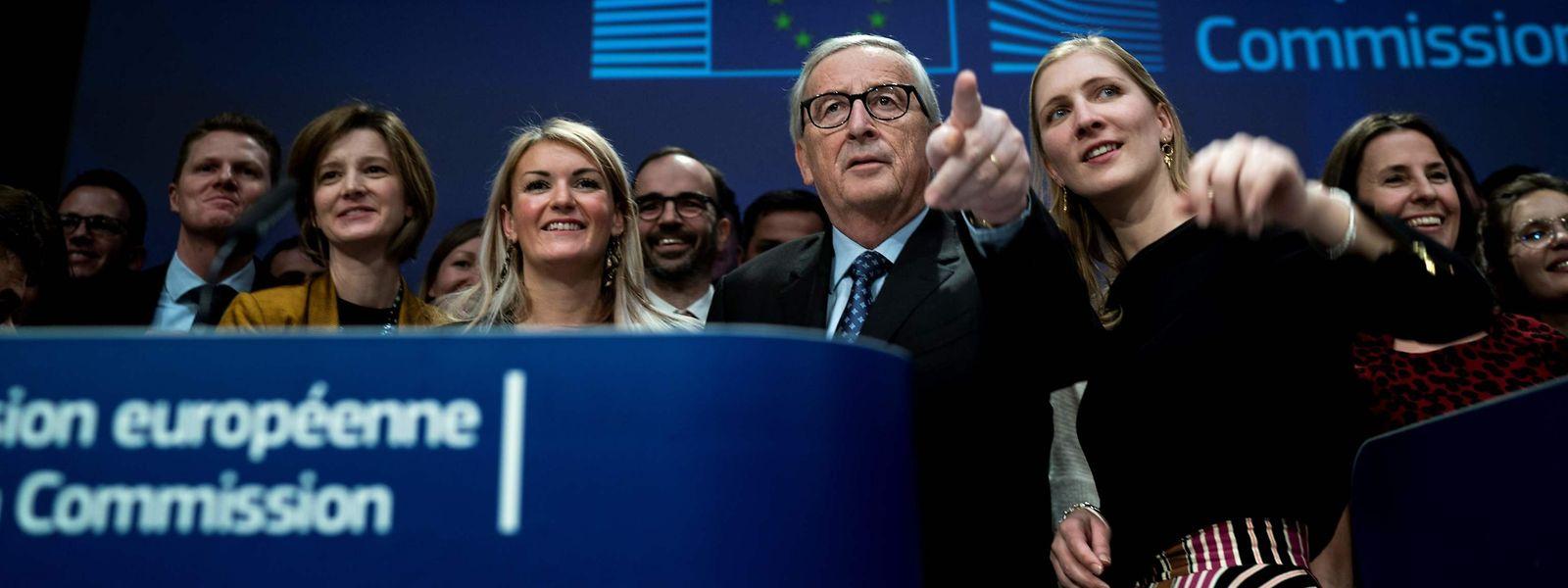 Letzter Auftritt vor dem Brüsseler Pressekorps: Jean-Claude Juncker und Mitarbeiter auf der Bühne im Gebäude der EU-Kommission.