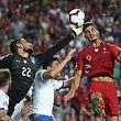 André Silva, de vermelho, marcou o golo que valeu os três pontos a  Portugal.