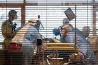 08.01.2021, Baden-Württemberg, Ludwigsburg: Ärztinnen, Pflegerinnen und weiteres medizinisches Fachpersonal kümmern sich auf einer Intensivstation des RKH Klinikum Ludwigsburg um einen Covid-19-Patienten, der gerade aus einem anderen Krankenhaus verlegt wurde. In Baden-Württemberg wird die Belegung der Intensivstationen mit einem Clusterkonzept gesteuert. Zwischen den Kliniken der sechs Versorgungsgebiete können Intensivpatienten verlegt werden, um eine bessere Verteilung zwischen den Krankenhäusern zu erreichen. Foto: Sebastian Gollnow/dpa +++ dpa-Bildfunk +++