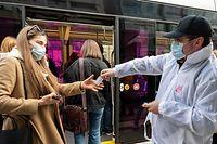 WO fr , Distribution de flacons de gel desinfectant mains , Ministere Mobilite , Distribution Hamilius et Rocade Bvoie , Foto:Guy Jallay/Luxemburger Wort