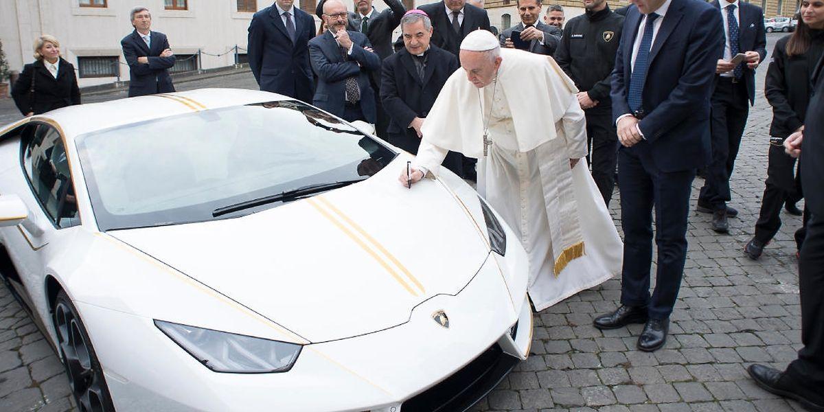 Der papst hatte den Wagen 2017 geschent bekommen - und zur Versteigerung freigegeben.