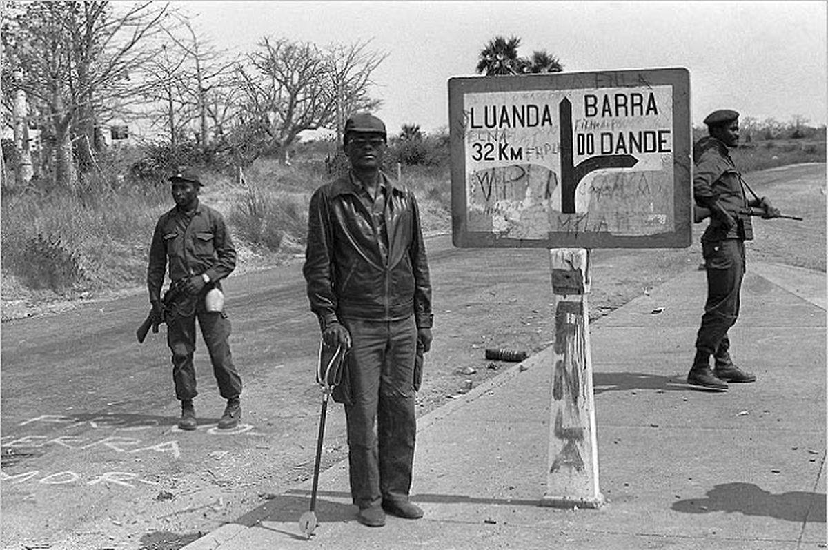 Holden Roberto, ao centro, com os seus soldados da FNLA