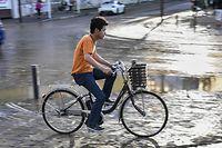 Mehr als 100.000 Haushalte hatten am Sonntagmorgen keinen Strom, Straßen waren überschwemmt.